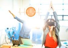 Femme faisant l'exercice de yoga utilisant le casque de réalité virtuelle de VR avec l'interface Photo libre de droits