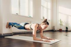 Femme faisant l'exercice et la forme physique de yoga à la classe de studio image stock