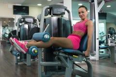 Femme faisant l'exercice lourd pour le quadriceps Image libre de droits