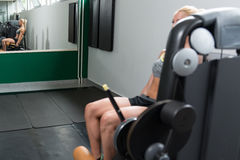 Femme faisant l'exercice lourd pour le quadriceps Image stock