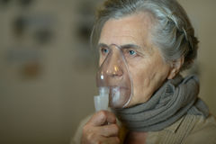 Femme faisant l'inhalation Image stock