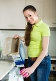 Femme faisant la blanchisserie à la maison Photographie stock
