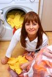 Femme faisant la blanchisserie images stock