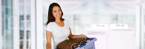 Femme faisant la blanchisserie photographie stock libre de droits
