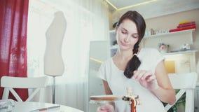 Femme faisant la broderie décorative sur le cercle banque de vidéos