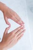 Femme faisant la forme de coeur avec des mains Photo libre de droits
