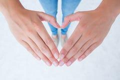 Femme faisant la forme de coeur avec des mains Images libres de droits