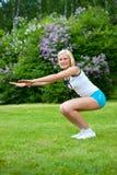 Femme faisant la forme physique en stationnement Image stock