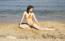 Femme faisant la forme physique sur la plage Image stock