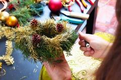 Femme faisant la guirlande de Noël Photo libre de droits