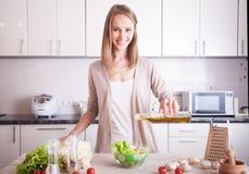 Femme faisant la nourriture saine images stock