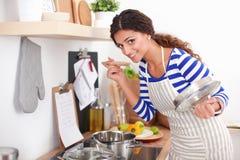 Femme faisant la nourriture saine se tenant souriante dans la cuisine Photo libre de droits