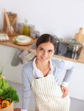 Femme faisant la nourriture saine se tenant souriante dedans Images stock