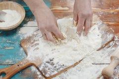 Femme faisant la pâte de pizza image stock