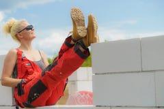 Femme faisant la pause sur le chantier de construction image stock