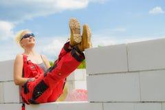 Femme faisant la pause sur le chantier de construction photographie stock libre de droits