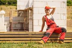 Femme faisant la pause sur le chantier de construction image libre de droits