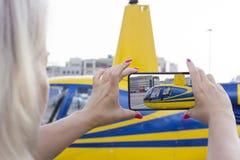 Femme faisant la photo d'hélicoptère Images stock
