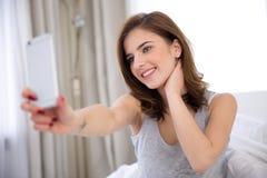 Femme faisant la photo de selfie avec le smartphone Photographie stock