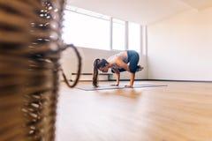 Femme faisant la pose de yoga de grue Photographie stock libre de droits