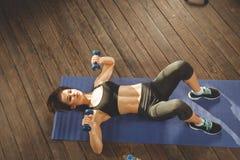 Femme faisant la séance d'entraînement à la maison photos stock