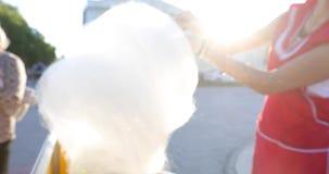 Femme faisant la sucrerie de coton en parc banque de vidéos