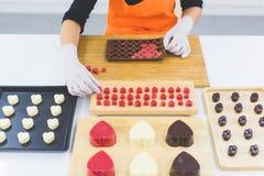 Femme faisant le chocolat photographie stock libre de droits