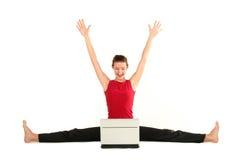 Femme faisant le fractionnement avec l'ordinateur portatif Image libre de droits