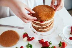 Femme faisant le gâteau nu photos stock