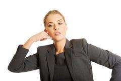 Femme faisant le geste de téléphone Photos stock