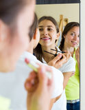 Femme faisant le maquillage Photographie stock