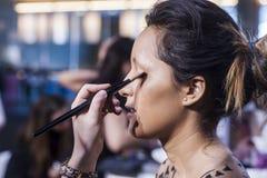 Femme faisant le maquillage sur le visage avec des cosmétiques Photo stock