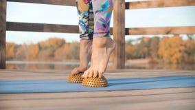 Femme faisant le massage de pied avec le coussin d'hémisphère image stock
