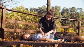 Femme faisant le massage pour un homme banque de vidéos