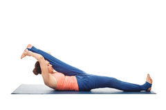 Femme faisant le padangusthasana de Supta d'asana de yoga d'isolement Photos libres de droits