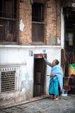 Femme faisant le rituel au Népal Images libres de droits