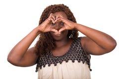 Femme faisant le signe de coeur d'isolement sur le fond blanc photo libre de droits