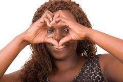 Femme faisant le signe de coeur d'isolement sur le fond blanc images stock