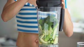 Femme faisant le smoothie végétal vert avec le mélangeur Mode de vie sain de consommation clips vidéos