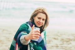 Femme faisant le téléphone de selfie Photo stock