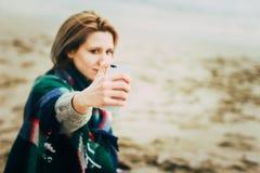 Femme faisant le téléphone de selfie Photos stock