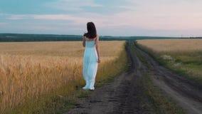 Femme faisant le tour sur la route rurale banque de vidéos