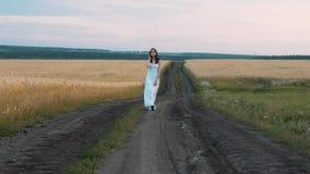 Femme faisant le tour sur la route rurale clips vidéos