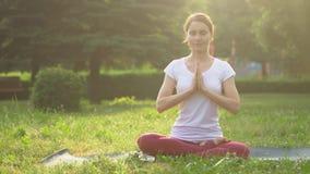 Femme faisant le yoga à l'extérieur clips vidéos