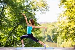 Femme faisant le yoga à l'extérieur Photos libres de droits