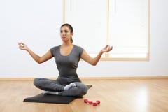 Femme faisant le yoga à la maison images libres de droits