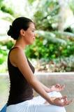 Femme faisant le yoga Image libre de droits