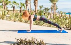 Femme faisant le yoga Images libres de droits
