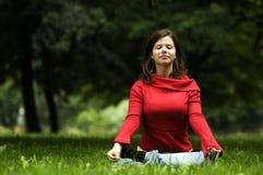 Femme faisant le yoga photo stock