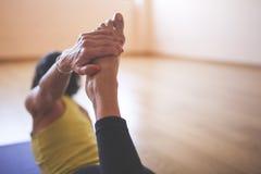 Femme faisant le yoga au plancher en bois photos libres de droits